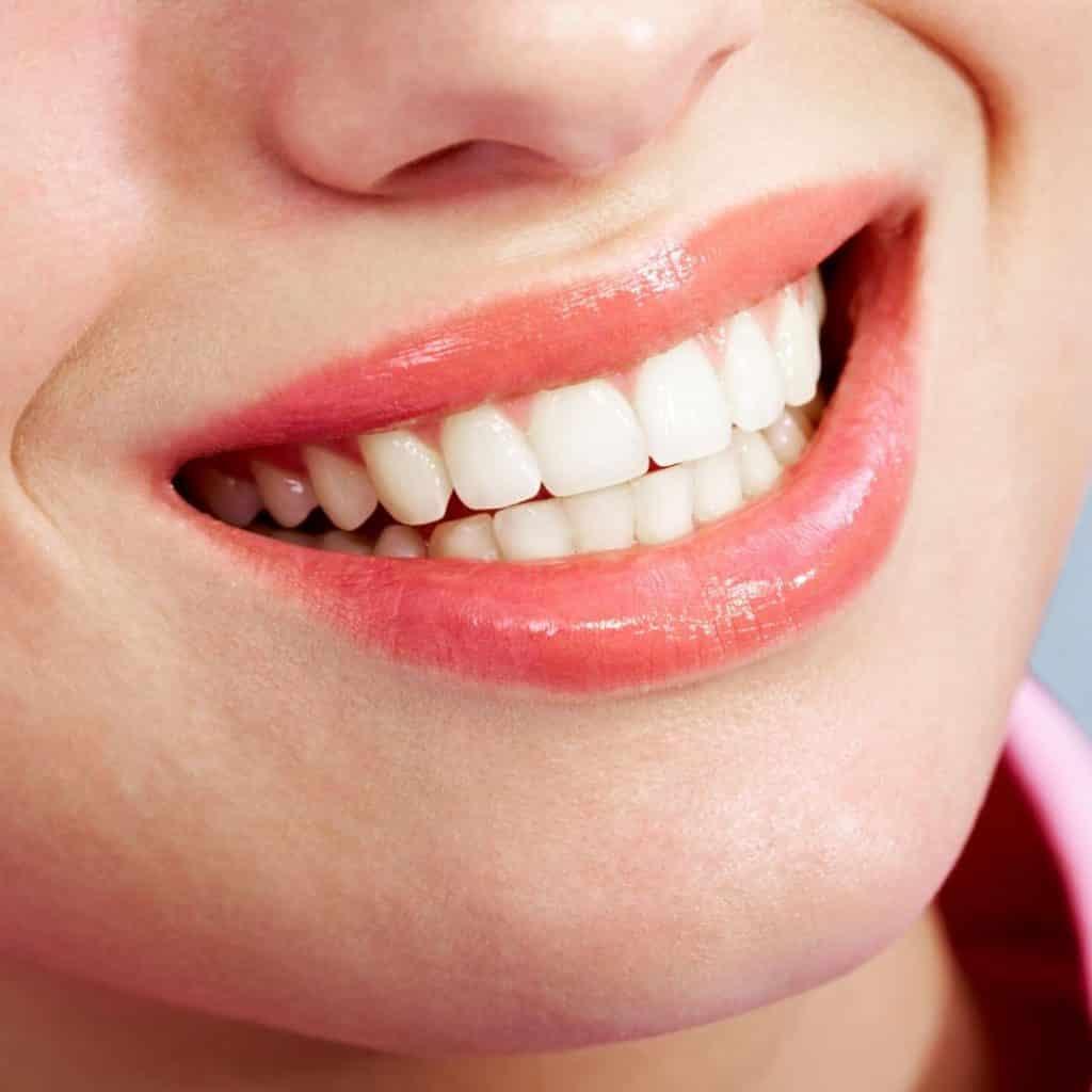 ¿Cómo es el mantenimiento diario con Invisalign? :  Invisalign deben usarse durante 20 a 22 horas cada día. Deben retirarse solo al comer, cepillarse los dientes o beber bebidas calientes como té o café.